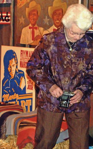 Mom snaps Music City iconic family | Dan Whittle, Hilda Stuart