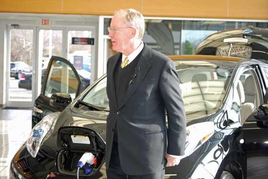 Senator Alexander Plugs In New Nissan LEAF